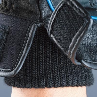 袖口にはリブ素材を採用し防寒性を向上。