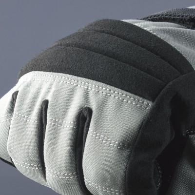 ソフトタイプのナックルパッドを3ピースに分けて装着しフィット感を向上。