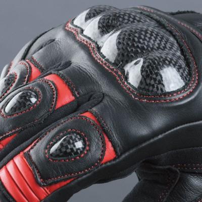 ナックル部にはハードカーボンプロテクター、各指にパッドを装着。