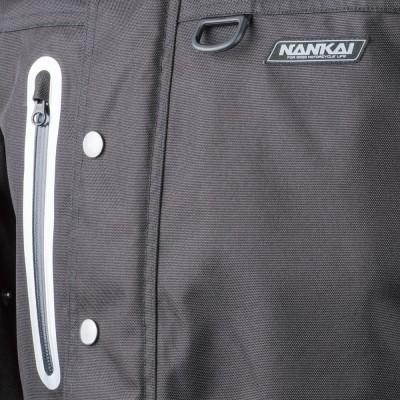 左胸にアイウェアホルダーを装着。右胸のポケットは止水ファスナー。