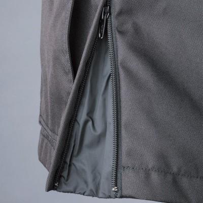 ウエストサイドのファスナーを開ければライディングポジションの自由度がアップ。開けてもマチを設けてあり雨風の侵入は防ぐ。