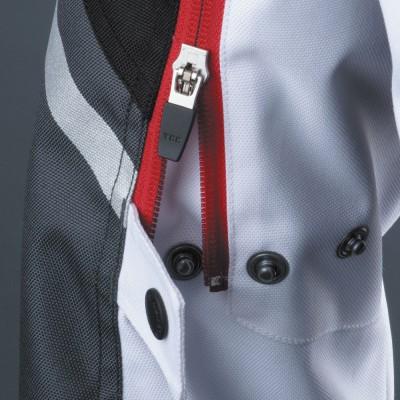 上腕のファスナーとボタンでバタつきを抑えフィット感も向上。
