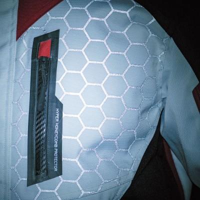 左胸部のハニカムデザインは新プロテクター「ハニカム-D」をイメージしたリフレクタープリント。夜間の被視認性を向上。