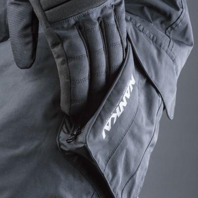 両サイドポケットは大型化して装着。左側ポケットは上面と側面にファスナー開閉とし使い勝手が向上。