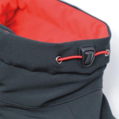 衿の左右横に首回りのフィッティングを調整できるドローコードを装備。