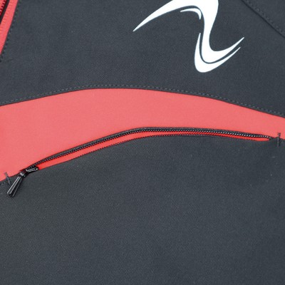 胸ポケットはデザインアクセントに合わせたカーブ形状のファスナー仕様。