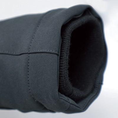 手首周りは風の侵入を軽減するリブ仕様。