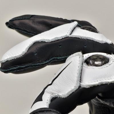 指マチ部にはエアーホールを設けて内部の蒸れを軽減。