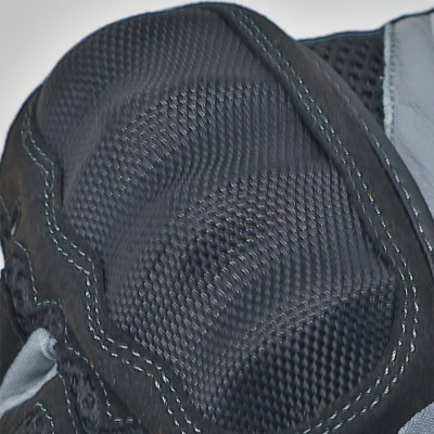 大型ナックルプロテクターを装備し安全性を確保。
