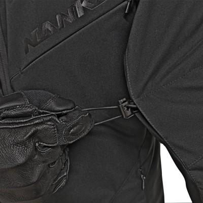 両上腕部内側にはドローコード方式のサイズアジャスターを装備してバタつきを軽減。