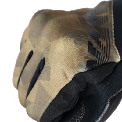 ナックル部にCE規格プロテクターを内蔵し安全性を確保。平側全面に濡れてもグリップ感が変わらず耐久性に優れた「アマーラ」を採用。