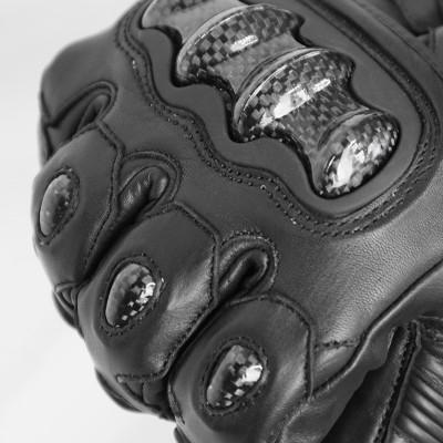 ナックル部・各指・手首外側にはカーボンプロテクターを装備。