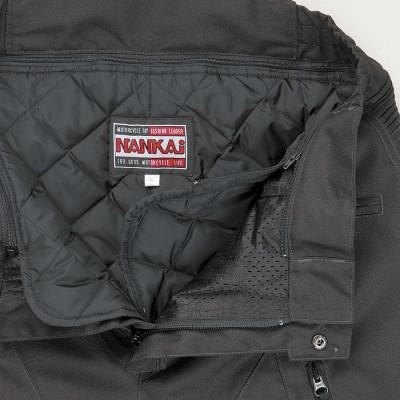 ファスナーで着脱できる暖かいインナーを装備。オールシーズンで快適に着用。