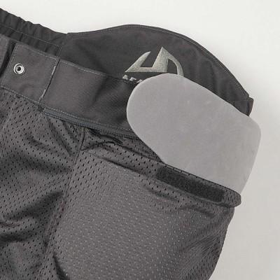 ウエスト部には着脱式ウレタンパッドを装着。スポーツライディングパンツの必須装備。