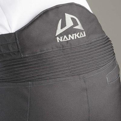 腰部のシャーリング加工で体へのフィット感が抜群。ロゴ刺しゅうは高級感たっぷり。