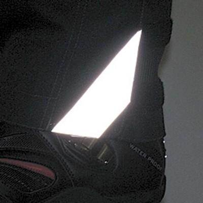 足元には3Mスコッチライトの再帰反射素材を装着。夜間の視認性を向上。