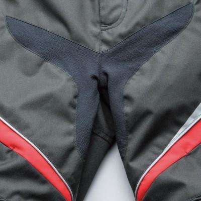 股部は伸縮性に富んだニット素材を装着。動かしやすくつっぱり感が減少。
