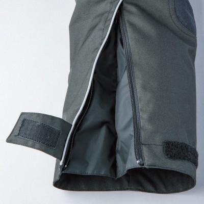 裾サイドの反射プリントは、夜間の被視認性が向上。大きく開口し着脱が容易。