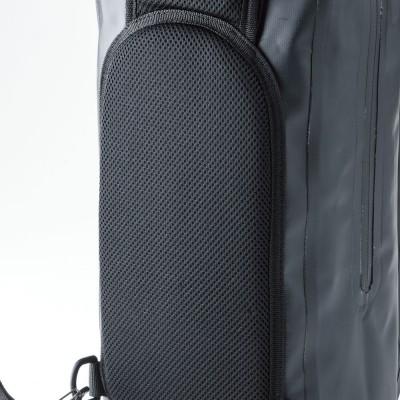 背面のメッシュパッドが、高い通気性をキープ。太めのショルダーベルトで体への負担を軽減。