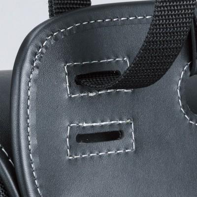 バッグを車体に取り付けやすいよう、ベルトホールを上下二段に設定。