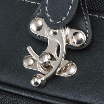 バッグの開閉はベルトよりもイージーなスイングバックル式。