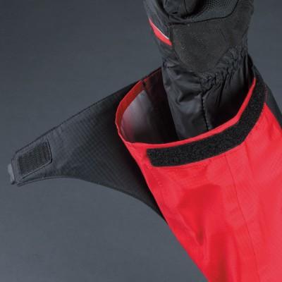 手首の開口部が大きく、面ファスナーでグローブの上からタイトにフィット可能。