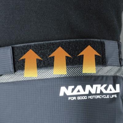 メッシュ素材を使用し、ウエスト内部の湿気を放出でき蒸れを防止。メッシュは伸縮性がありツッパリ感を軽減。