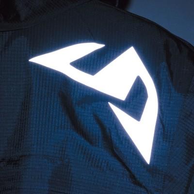 右肩後部に反射素材を配置し、夜間の被視認性を向上。