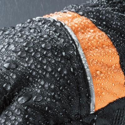 グローブ表面に施した撥水効果で雨水をはじき、水の浸入を防ぐ。