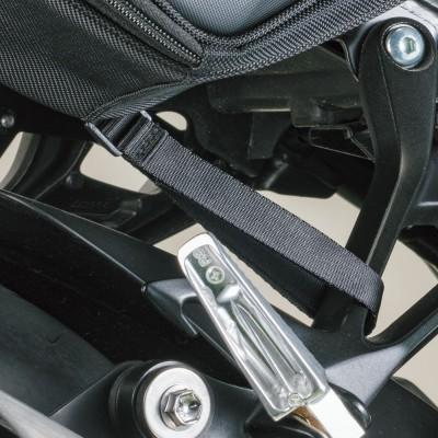 バッグ下部のベルトを車体に締めてバタつきを防止。