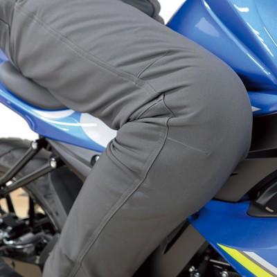 「CE」規格のソフトプロテクターを膝に装備し安全性を向上。プロテクターは体型に合わせて上下に位置調節が可能。