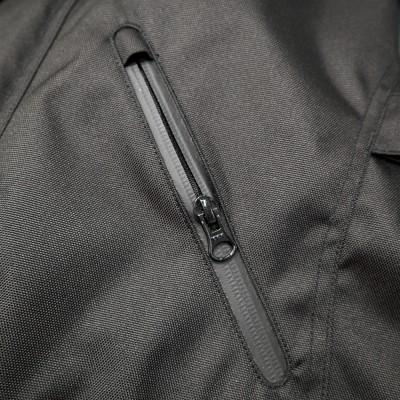 フロントポケットにはハンドウォーマーポケットを採用。止水ファスナー仕様。