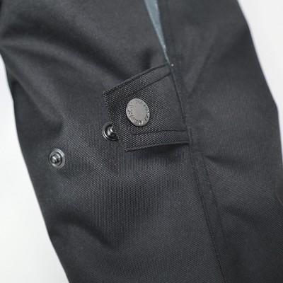袖部にはボタンタイプのアジャスターを装備し、フィット感を自在に変更できる。