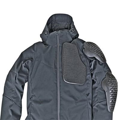 「CE」規格のソフトプロテクターを肩、肘、背中に標準装備。胸にはソフトパッドを標準装備。